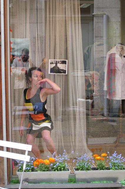 Sophie Barros danse en vitrine